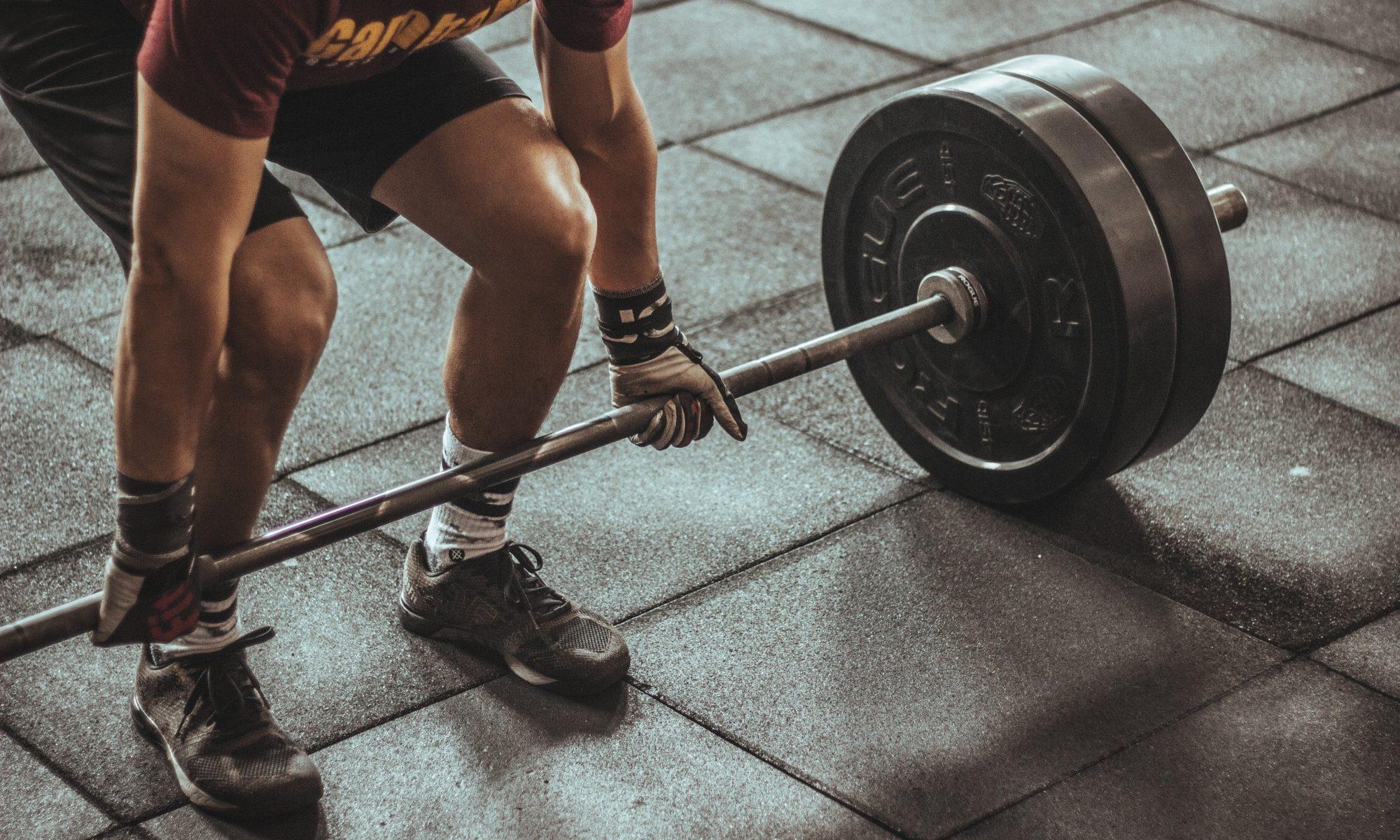 El Peso Muerto Con Barra nos permite manejar mayores cargas durante el ejercicio.